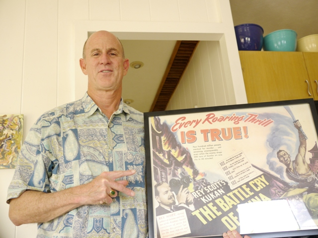 "Honolulu Star-Advertiser reporter Mike Gordon signs his support  fpr KUKAN with a ""K"""